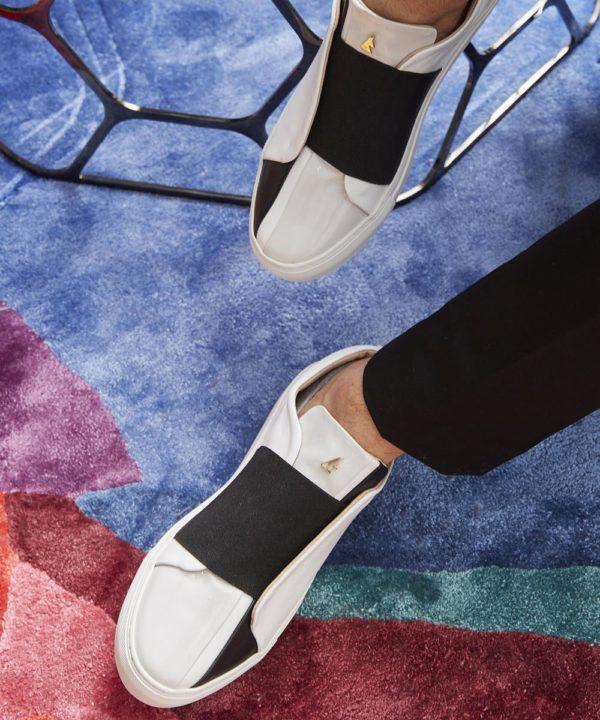 """les sneakers """" Cinema"""" de Daniel Essa se différencient par leur bande élastique emblématique et leur embout multi-coutures."""
