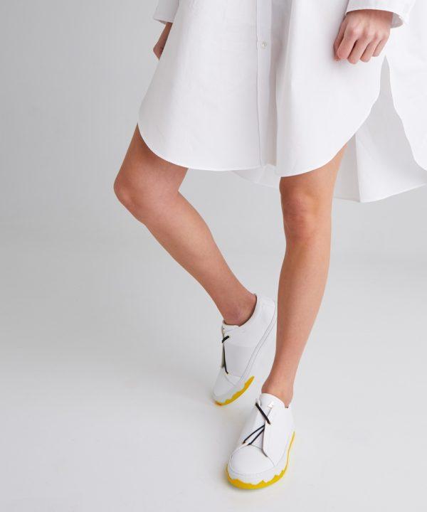 ces sneakers blanches en édition limitée viennent illuminer votre garde-robe.