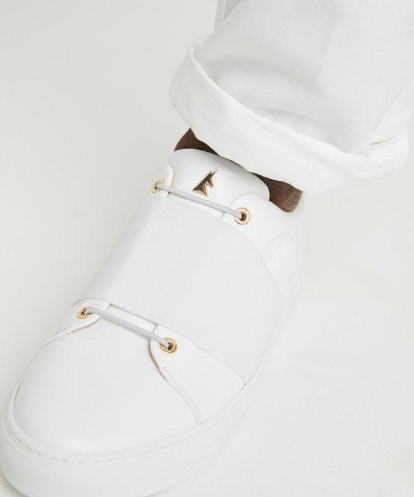Les lacets confèrent à cette chaussure un look graphique représentant un X (bisous) et un O (câlins).